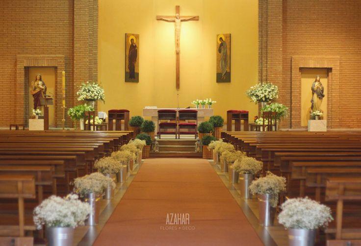 Parroquia San Juan Apóstol, pasillos de gypsophilia y composición de latones para el altar. #wedding  #babysbreath #aisle #decor