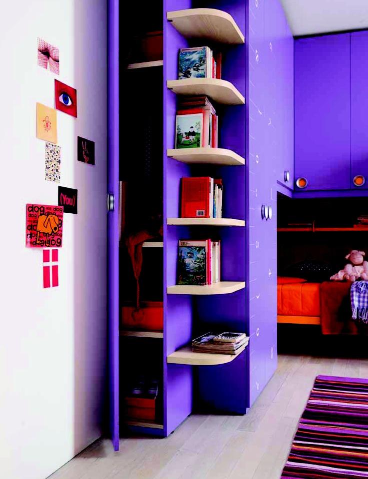 Een voorbeeld van een praktisch ingerichte kinderslaapkamer van Goodnightkidzz meubel boulevard Cruquius. Klou XL van Battistella uit Italie. Hoogslaper met buro en opbergruimte, de verrassende kleurkeuze bepaald de uitstraling van uw kinderkamer. Wij maken desgewenst een tekening op maat met hierin verwerkt al uw wensen.