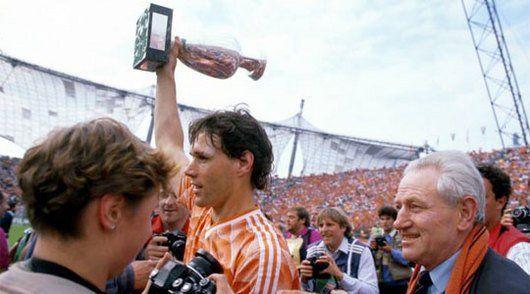 Van BAsten mit dem EM-Pokal 1988