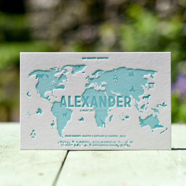 Wereldkaart met op maat getekende iconen op geboortekaartje Alexander