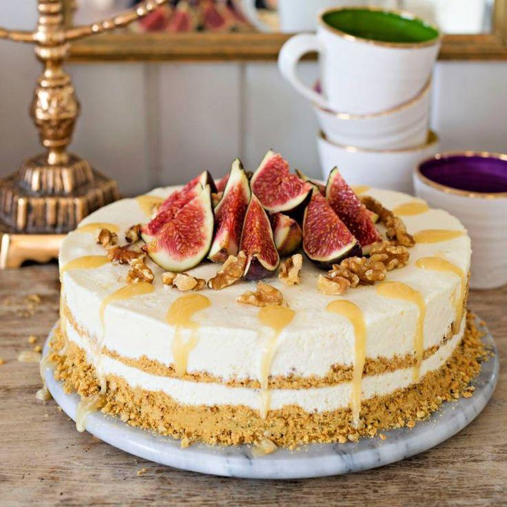 Garnera den frysta, krämiga cheesecaken med färska fikon, valnötter och honung.