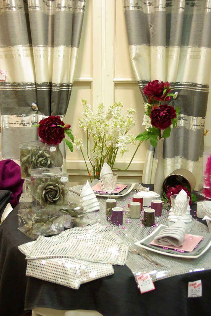 Table argent e doubles rideaux 1m40 x 2m60 pinces fleurs for Objet deco mauve