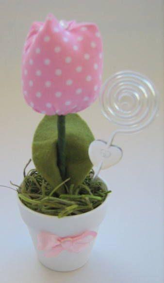 Vaso com 01 tulipa.  Tulipa confeccionada em tecido algodão, com enchimento em manta acrílica, folha em feltro, decorada com miçanga.  Disponível em diversas cores/estampas.  Acompanha porta recados.   Aproximadamente 12cm de altura.  Ideal para lembrancinha de maternidade, chá de bebê,...