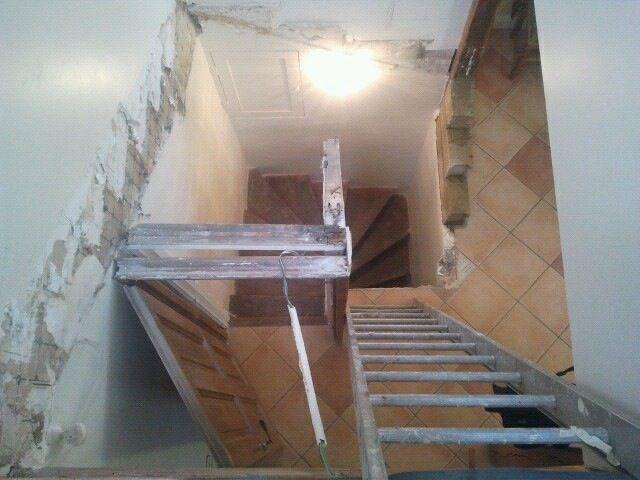 escalier en bois. démolition de l'escalier en bois avant coffrage // TEXAS Bâtiment - texasbatiment@orange.fr - Tél 01.41.81.02.90