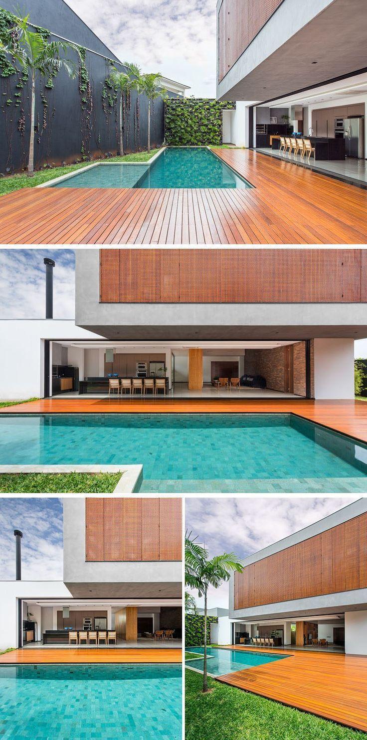 Eine große Holzterrasse umfließt das Schwimmbad, die sich aus der Hauptwohnbereich dieser brasilianischen Heimat