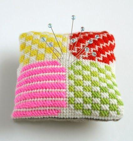 Cojín decorado con medio punto para clavar los alfileres. Lo hemos visto en Purl Bee . La tapicería es una técnica de bordado que se...
