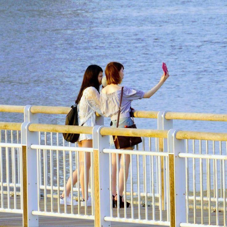 腕のカタチが美しい  さあ金曜日 どんな三連休ですか お仕事の方はお疲れ様です  #セルフィー #自撮り #お台場海浜公園 #お台場 #ベイエリア #東京 #サンセット #サンセットビーチ #ビーチ #海 #レインボーブリッジ  #odaiba #odaibaseasidepark #tokyo #japan #sunsets #selfie #beach #rainbowbridge