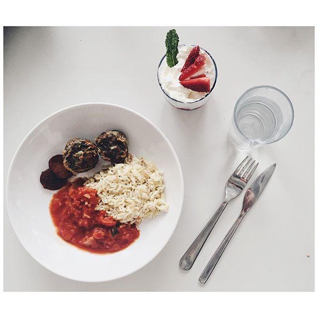 Wieder mal mit den Talents der @newschoolberlin gekocht. Diesmal gab es türkische Köfte mit Pilav, Tomatensauce und Suçuk sowie ein Erdbeertrifle als Dessert. #lunch #fraeuleinchenkocht #fraeuleinchenrebecca #mittagszeit #köfte #türkisch #trifle #foodvsco