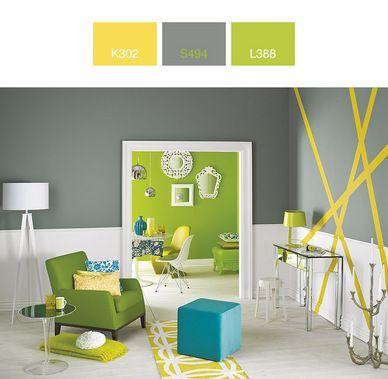 Żywe odcienie zieleni i żółcieni są odpowiednie do nowoczesnych aranżacji, w których nie muszą stanowić wyłącznej kolorystycznej dominanty.  To wnętrze oparto na nieoczywistym połączeniu barw.  Intensywny żółty zastosowano do stworzenia aplikacji: prostej, a jednocześnie wyraziście odznaczającej się na szaro-białym tle.  Świeża zieleń ścian w drugim pomieszczeniu, urozmaicona ażurowymi, ozdobnymi ramami stanowi ważny punkt tej niesztampowej, designerskiej kompozycji.