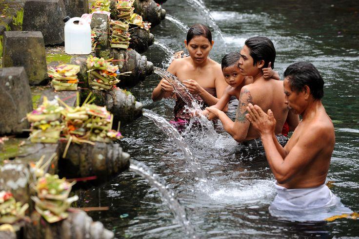 Haluatko nähdä taikalähteen, norsuluolan ja tuhatvuotiset kuninkaalliset hautamuistomerkit? Suuntaa Balin saarelle Indonesiaan ja tee retki Ubudin kaupungin lähiympäristöön.  #bali #indonesia  http://www.exploras.net/salaperinen-bali
