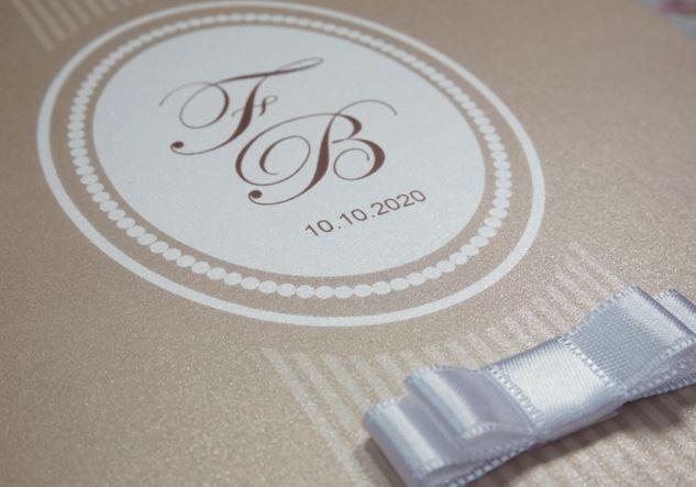 """Een close-up van onze chique kaart """" Parels taupe """" met strikje! Bekijk hem hier: http://www.planet-cards.nl/huwelijksuitnodigingen-linten-strikken"""