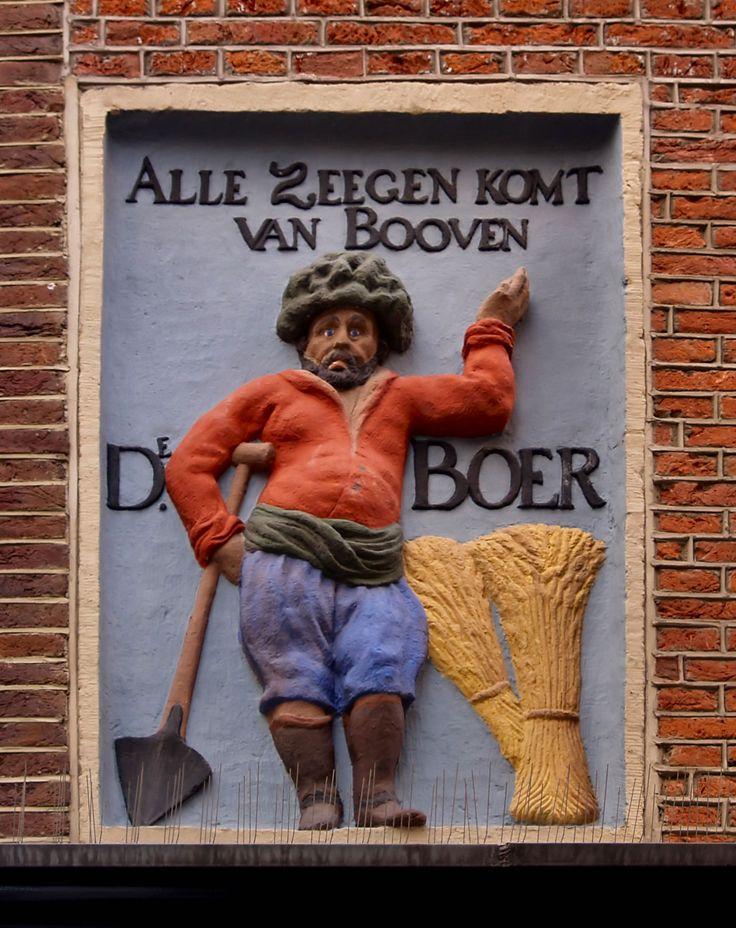 Gevelsteen ALLE ZEEGEN KOMT VAN BOOVEN, Amsterdam. Photo by Pancras van der Vlist.