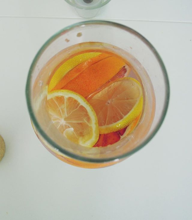Blood orange and lemon infused water: tasty! #stayaliveandcooking #bloodorange #lemon #water #goedbezig #instafood #foodpic #healthy #drinkwater #tasty #foodblog #blogger #breda #foodporn #photography #instagood #drink #delish #fitfood #inspiration #inspire #idea #birthday #drinkstagram #foodie #dutch #dutchblog #blog #dutchie