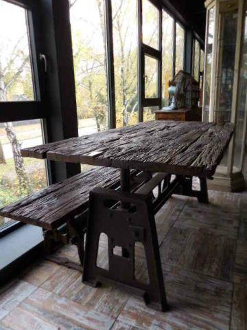 in-hoogte-verstelbare-industriele-tafel-draaiwiel-metalen-onderstel-trein-bielzen-hout-blad