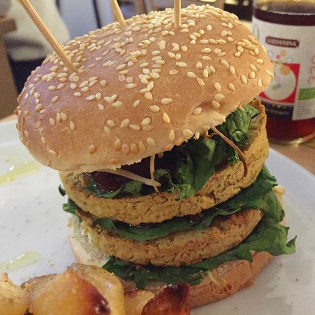 Quando mi sento dire No, Che Schifo I Burger Vegani, acciufferei per l'orecchio il parlante e lo porterei da @nabi_naturabiologica al cospetto di questo paninazzo, che è quello che mi sono trovato di fronte ieri sera: doppio burger di ceci, patate e rosmarino, poi spinacino fresco, germogli di soia, cipolla caramellata, salsa piccante allo jalapeno e salsa alla nocciola. Questo, due calici di vino e una grappa: 24 €. #burger #hamburger #vegan #veggies #vegetarian  #uomosenzatonno #staytuna…