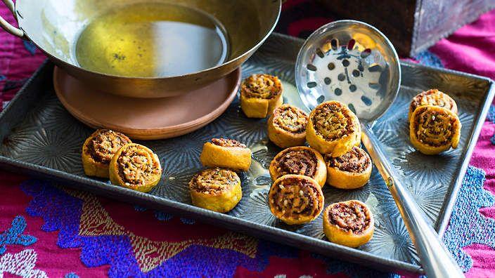 Savoury crispy rolls (bhakharwadi). Listen to the audio recipe.