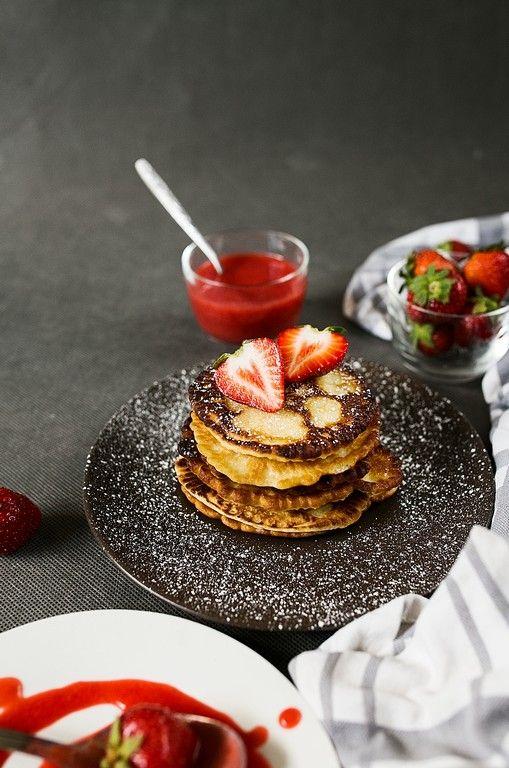 Pancakes z sosem truskawkowym