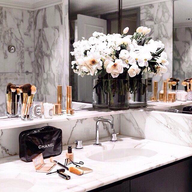 Eu amei essa prateleira logo acima da pia do banheiro. Será que também fica bom se na bancada tiver uma cuba de apoio? 💧🛠🛁 #instahome #instadecor #apartment #apartamento #home #varandagrill #churrasqueira #reforma #project #interiores #varanda #newapartment #newhome #bethroom #wc #makeup #inspired #apartamento031