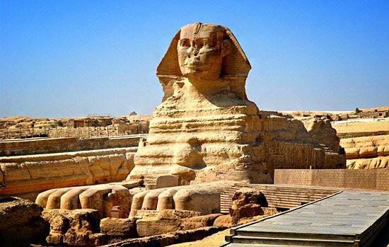 La Sfinge, Necropoli di Giza presso Il Cairo, ca 2550-2500 a. C. Collinetta calcarea scolpita.