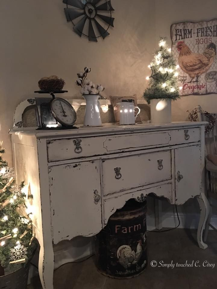 This pretty piece is Painted in Dixie Belle Buttercream. Then distressed and clear waxed. By: Claudia Cirey❤️#dixiebellepaint #dixiebellepaint #bestpaintonplanetearth #chalklife #homedecor #doityourself #diy #chalkmineralpaint #chalkpainted #easypeasypaint #makingoldnew #whybuynew #justpainting