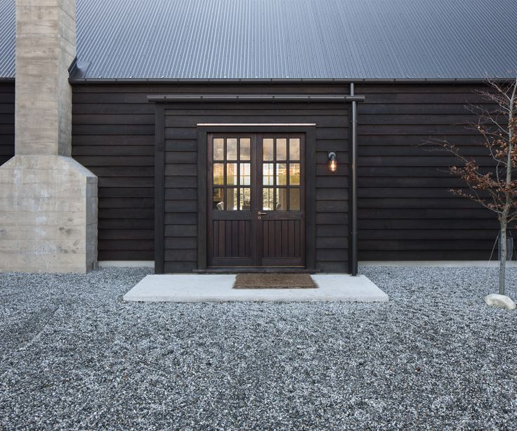 A rural retreat in the Wakatipu Basin by Bureaux combines modernity with rusticity There is comfort in classicism, a sense of relief in not striving for the new. Here in the middle of the Wakatipu Basin, about 20 minutes' drive from Queenstown, an Auckland-based product designer wanted to create a home to which he and …