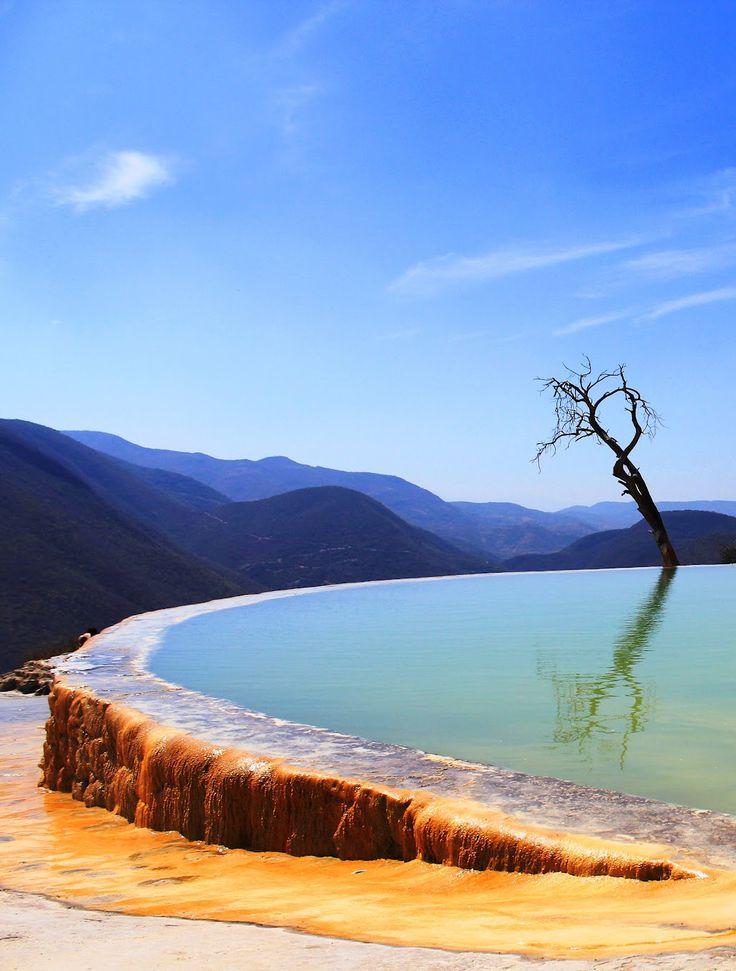 Hierve el Agua,Oaxaca, Mexico | #holidayspots4u l' eau est sursaturée de carbonate de calcium et d' autres minéraux.