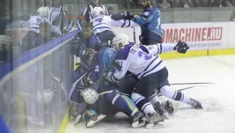 В матче финала ВХЛ подрались казахстанские и российские хоккеисты