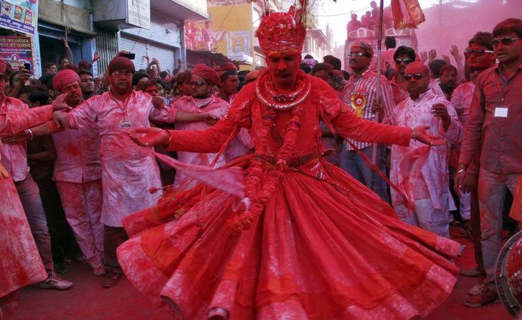 http://www.thepostinternazionale.it/mondo/india/la-festa-dei-colori-1/un-uomo-danza-durante-una-processione-in-occasione-delle-celebrazioni-holi-a-beawar   (Reuters/Himanshu Sharma)