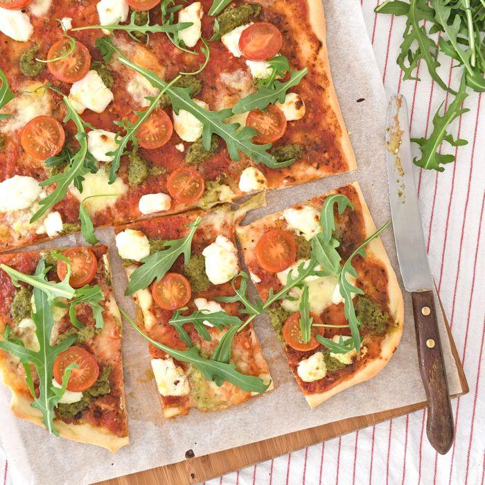 Zelfgemaakte pizza's zijn het lekkerst. Deze pizza met geitenkaas en pesto is hier een groot succes, ik geef je het recept!