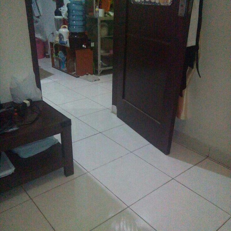 Gak nyangka sinar lampu dirumah ke pintu kamar mantul ke lantai membentuk seperti huruf arab lafal ALLAH. Subhanallah allahuakbar. #selamattahunbaruislam1438H