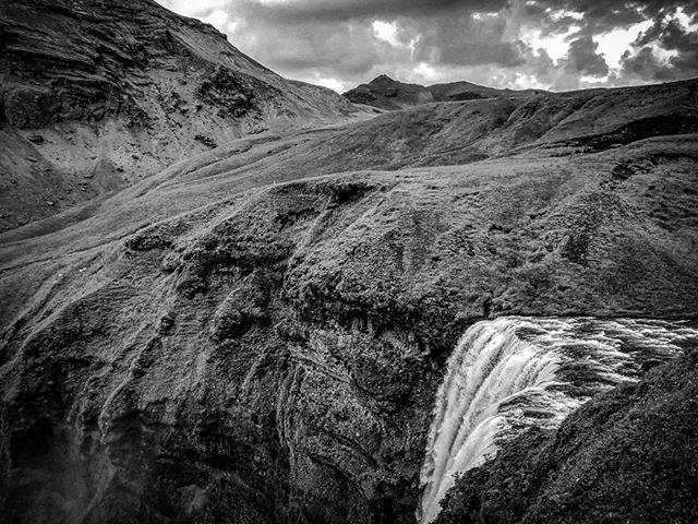 Vodopád Skogafoss #blackandwhite #iceland #skogafoss #waterfall