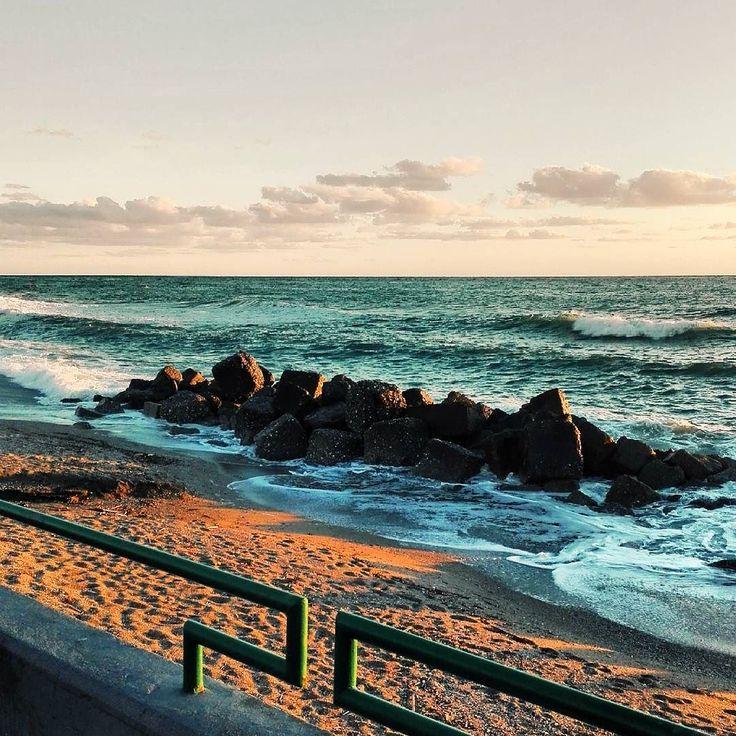 Fotografare un tramonto è come baciare la persona che si ama. Buonanotte anime belle. #unangeloinviaggio  Edit with @vscoG3  #buonanotte #goodnight #italia #italy #calabria #vscocam #vsco #vscoitaly #landscapephotography #landscape #landscape_captures #landscape_lovers #amazing #awesome #bestoftheday #beautiful #photography #photooftheday #photo #followme #seguitemi #traveling #travel #adventure #nature #sea #beach #sunset