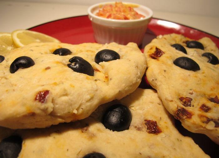 Oliwkowe chlebki z suszonymi pomidorami – readeat.pl – vegan kitchen, books movies, travels