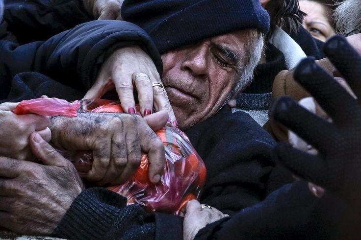 """27. Januar: Gerangel um einen Sack Mandarinen: In Athen blieben die Wochenmärkte auch heute leer. Das wenige Obst und Gemüse, welches die Händler dabei hatten, verschenkten sie an die Bürger. – Aus Protest gegen die geplante Rentenreform setzten die Landwirte ihre seit knapp einer Woche andauernden Proteste fort. Auch Seeleute und und Angehörige anderer Berufe gingen auf die Strasse. <a href=""""http://www.nzz.ch/wirtschaft/wirtschaftspolitik/griechenlands-plan-ueberzeugt-nicht-1.18673094"""">Zum…"""