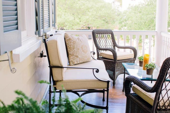 Плетеная мебель на террасе отеля фото