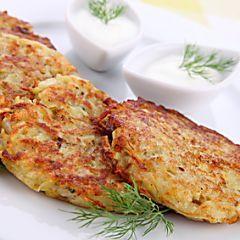 Épluchez les pommes de terre et l'oignon.