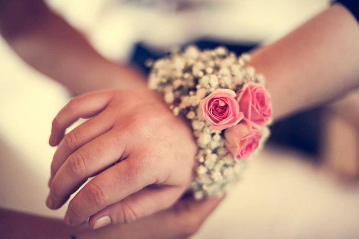 Nulla al caso, la testimone firmerà con un bracciale floreale al polso