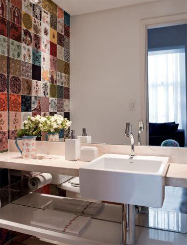 Seis lavabos com mármore, cimento queimado, papel de parede... Projetos versáteis em que dá gosto receber os amigos
