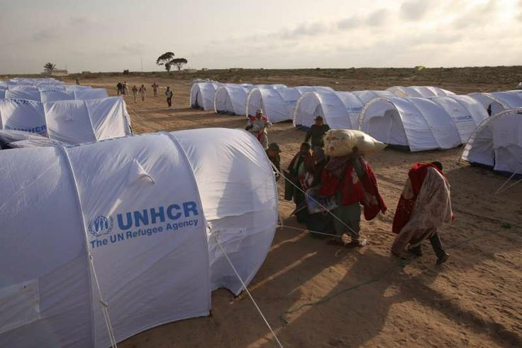 While waiting to travel home, many of those who have crossed to Tunisia stay in tents in a transit camp.  ©UNHCR/A.Duclos