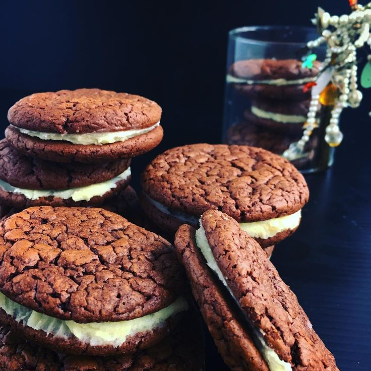 Chocolate chilli cookies with lime butter cream - a little sweet a little sour a little kick - a little homemade gift for the girls #sweettreats #chocolatechilli #cookie