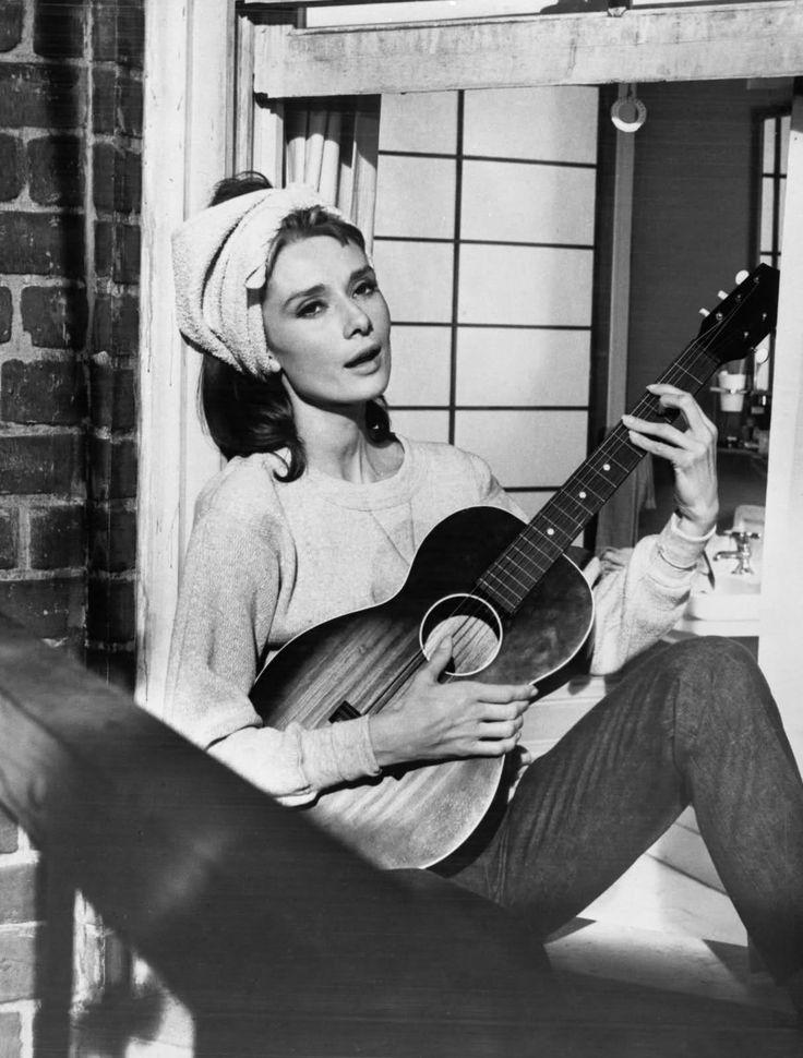 Audrey Hepburn singing Moon River!  <3!