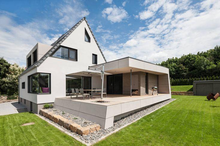 Außenansicht mit Terrasse : Moderne Häuser von wukowojac architekten