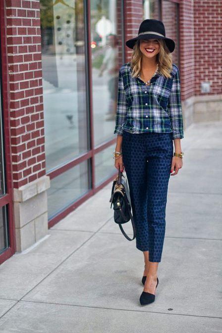 Mix de estampas em tom de azul: Calça de poá e camisa xadrez
