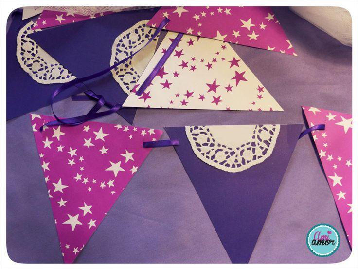Banderines en cartulina fantasía con apliques de blondas.
