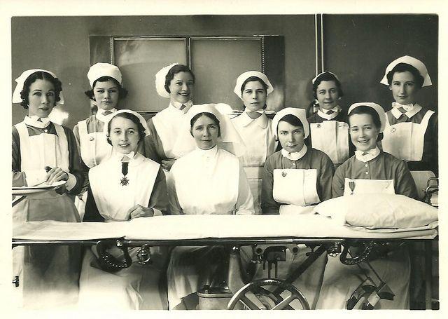 1940s nursing Mijn eigen oma was een verpleegster in de oorlog, dus zo moet dat eruit gezien hebben.