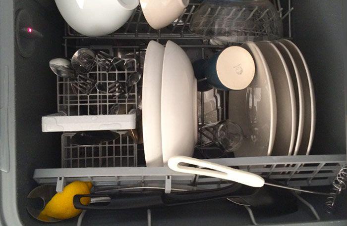 Precis som vinäger och bakpulver är citron riktigt bra (och miljövänligt) när det kommer till rengöring. Den doftar gott och har renande effekt. Kika här varför du ska stoppa citron i diskmaskinen.