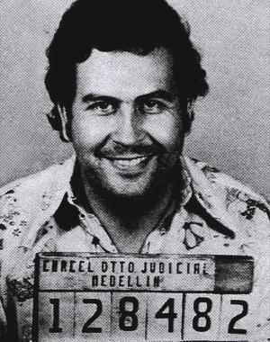 Pablo Escobar nació el 1 de diciembre de 1949. La ciudad de su nacimiento fue Antioquia Colombia. En sus veinte años entró en el negocio de la cocaína. Con sus colaboraciones con otros delincuentes y el Cartel de Medellín, que controla alrededor del 80 por ciento de la cocaína de entrar en los EE.UU. se volvió contra y mató en 1993.