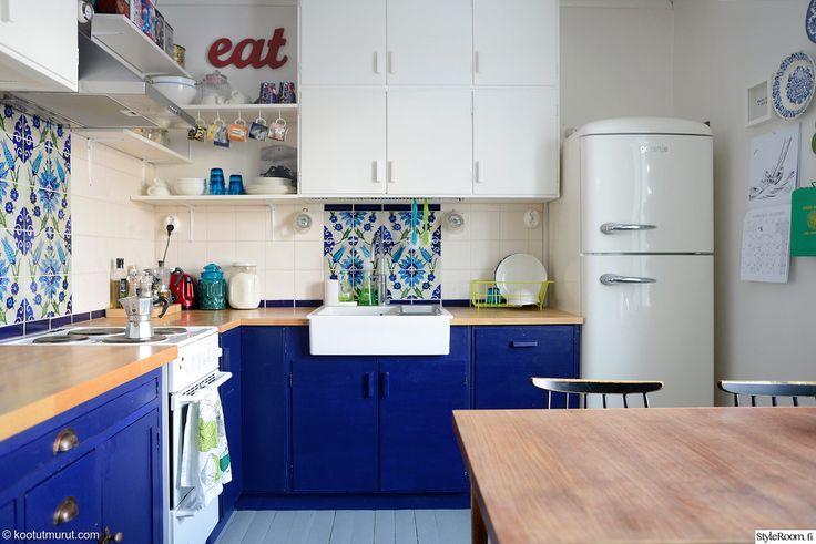 Rintamamiestaloon haluttiin palauttaa ajan henkeä, kun keittiöön löytyi 50-luvun puiset kaapit. #styleroom #retro #keittiö #sininen #inspiroivakoti Täällä asuu: KootutMurut