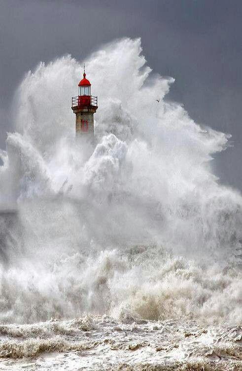 Ik vind dit een erg mooie foto, omdat je hier goed kan zien hoe wild en gevaarlijk de zee kan zijn. Je ziet nog het topje van de vuurtoren, wat een mooi detail is. Alsof de zee boos is op het land, maar de vuurtoren krijgt de zee niet klein.