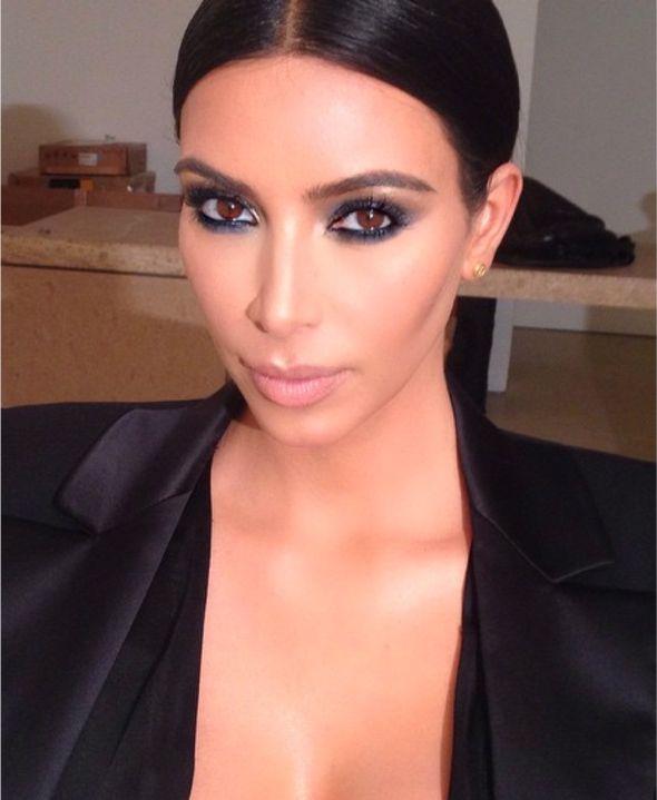 Nossa, um ano inteiro sem falar sobre a Kim Kardashian, isso é muito tempo :p É que ontem vi no Instagram uma foto dela tão linda, mas tão linda que achei que valeria um post inteirinho, especialmente porque hoje é sexta e uma inspiração de maquiagem é sempre bem-vinda. Maquiagem poderosa, né? Pele impecável (ela anda …